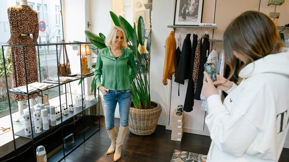 Täglich bei Tutto: Andrea Schütz zeigt, was neu eingetroffen ist. Tochter Cathrina fotografiert die Kollektion für Instagram.