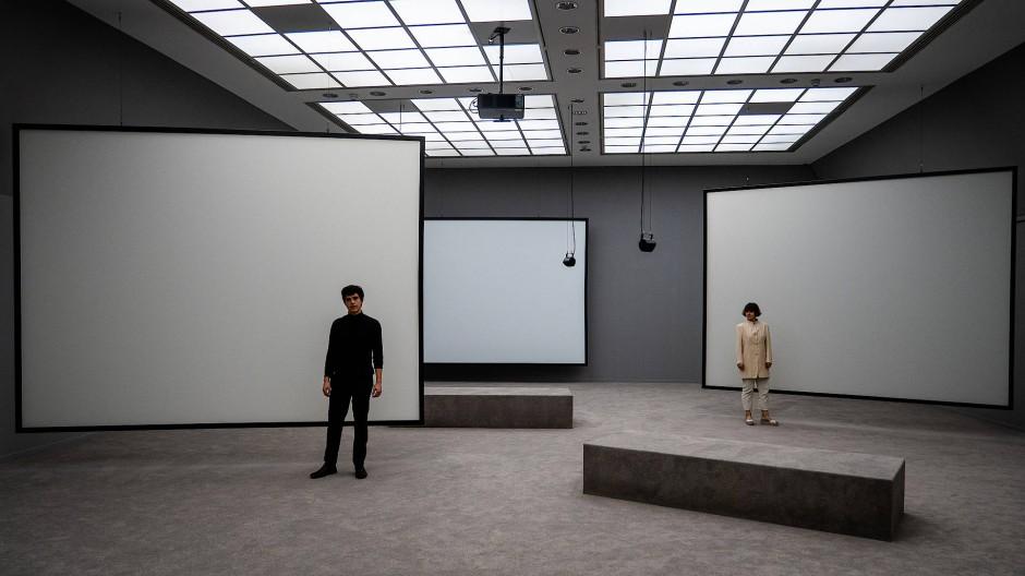 Die Schauspieler Roberto Romeo und Mirjam Kuchinke im Frankfurter Kunstverein.
