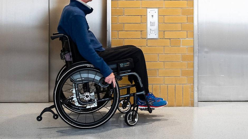 """""""Wäre ich schon zu Hause, wäre das im Kopf etwas anderes"""": Norbert Bülow im BG Klinikum Unfallkrankenhaus in Berlin vor zwei Fahrstühlen"""
