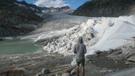 Der Rhonegletscher in der Schweiz ist mit einer Sonnenschutz-Plane, die das Schmelzen des Eises stoppen soll.