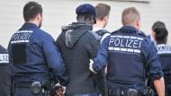 Während Asylbewerber nicht aus der Kriminalitätsstatistik herausstechen, begehen anerkannte Flüchtlinge vermehrt Eigentumsdelikte.