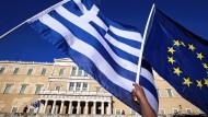 Flaggen vor dem griechischen Parlamentsgebäude in Athen