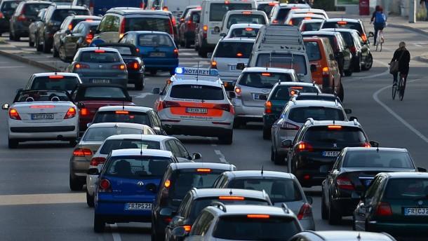 Mehr als 100 Fahrer müssen wegen fehlender Rettungsgasse zahlen