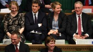 Labour-Abgeordnete Yvette Cooper (zweite von rechts) und andere Abgeordnete während der Debatten im Unterhaus.