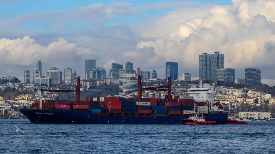 Ein Frachtschiff im Bosporus wird 2019 abgeschleppt, nachdem es die Küstenstraße der Meerenge gerammt hatte.