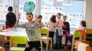Spielende Kinder: Die Arche Frankfurt-Nordweststadt ist für viele Kinder ein Anlaufpunkt, an dem sie spielen können, Ansprechpartner und Hilfe finden.