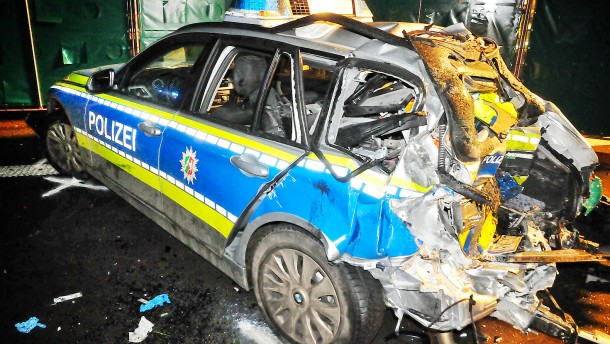Betrunkener Lastwagenfahrer rammt Streifenwagen
