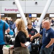 Gestrandete Fluggäste der Eurowings stehen in Düsseldorf in einer Schlange