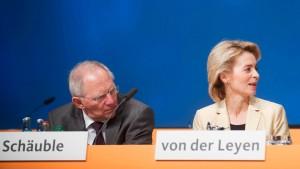 Schäuble und Leyen nennen Röttgen-Entlassung verständlich