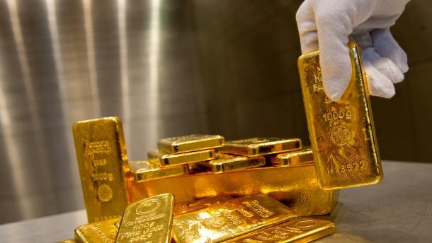 Drei Männer waschen Geld mit Gold