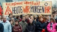 Beschäftigte der Metall- und Elektroindustrie aus Berlin und Brandenburg demonstrieren am 28.11.1990 vor dem Sitz der Treuhandgesellschaft in Berlin.