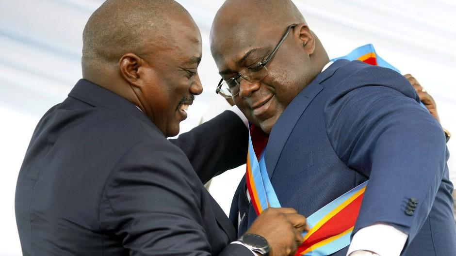 Félix Tshisekedi (r) erhält am 24.Januar 2019 in Kinshasa vom scheidenden Präsidenten Joseph Kabila die Präsidenten-Schärpe.