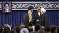 Irans Präsident Rohani (rechts) am Donnerstag bei seiner Amtseinführung durch den obersten Führer des Landes Chamenei (rechts)