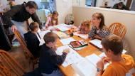Familie Romeike beim privaten Unterricht in Morristown.