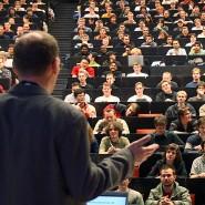 Deutsche und internationale Studenten folgen einer Maschinenbau-Vorlesung.