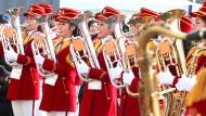 """Achtzig Frauen einer nordkoreanischen Marschkapelle spielen im olympischen Dorf in Gangneung koreanische Klassiker wie """"Schön, Dich zu sehen"""" oder das Volkslied Arirang."""