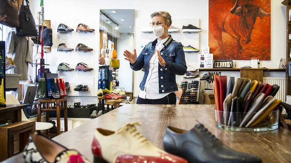 """Annette Plachetka, Inhaberin des Geschäfts """"Schuh Passion"""", ist überrascht von der großen Nachfrage nach Einzelterminen."""