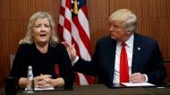 Donald Trump gibt kurz vor dem zweiten TV-Duell eine Pressekonferenz mit mehreren Frauen, hier mit Juanita Broaddrick. Sie wirft Bill Clinton Vergewaltigung vor.