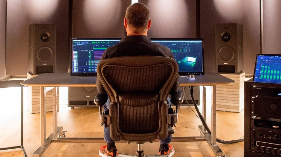An diesen zwei Bildschirmen wird in den MSM-Studios ein Dolby-Atmos-Album gemischt und abgehört. Es gilt als Referenz in Deutschland.