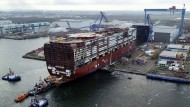 Ein Teil eines Kreuzfahrtschiffs wird am Warnemünder Standort der MV Werften ausgedockt. (Archivfoto)