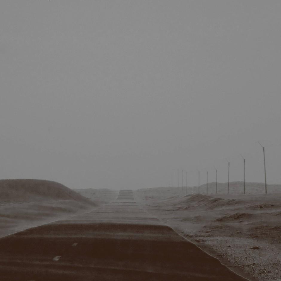 Die Straße, die nach Chami führt, in die mauretanische Goldarbeiterstadt, ungefähr 250 Kilometer nördlich der Hauptstadt Nuakschott gelegen.