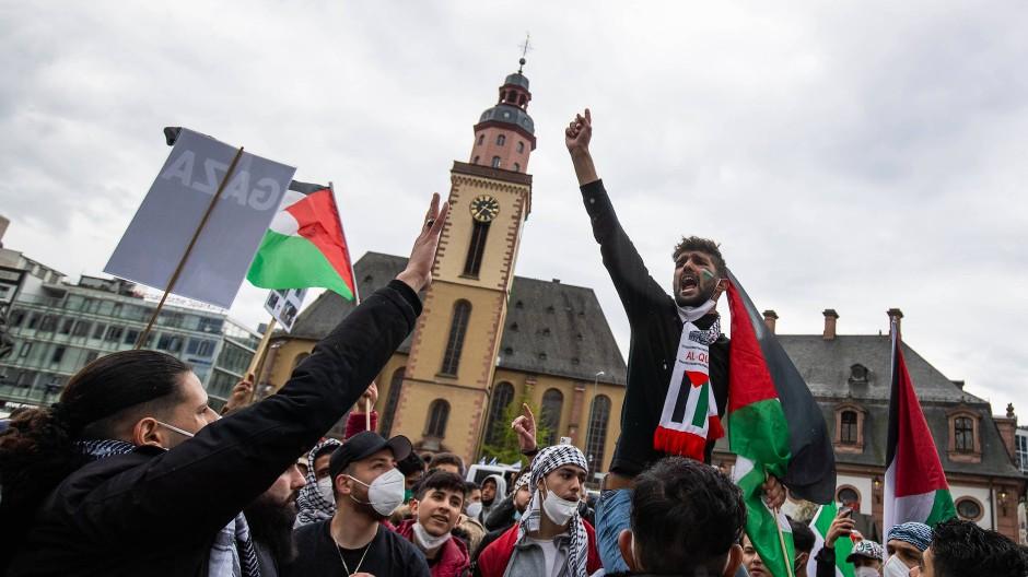 Teilnehmer der pro-palästinensischen Kundgebung an der Hauptwache skandieren Parolen gegen Israel.