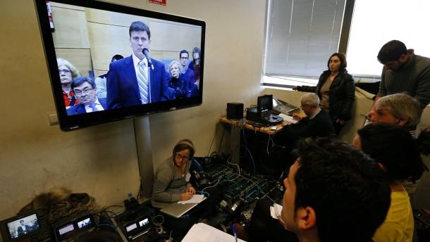 Wie im Fernsehen: Journalisten und der Angeklagte Fuentes beim Prozess in Madrid