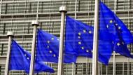 Flaggen der Europäischen Union wehen vor dem Gebäude der EU-Kommission in Brüssel