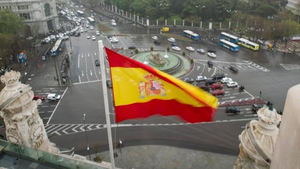Spanische Flagge ueber Madrid