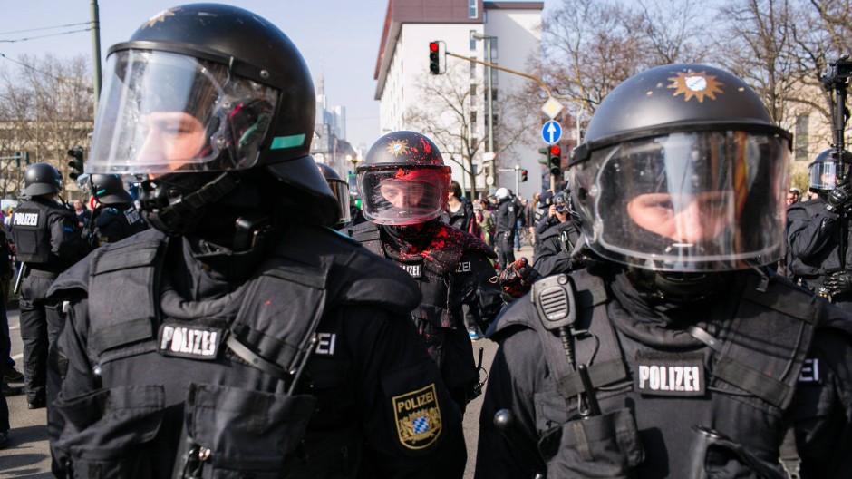 Geschlossen gegen Gewalt: die Polizei während der Blockupy-Proteste in Frankfurt