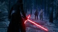 Pünktlich vor Weihnachten in den Kinos: Der finstere Kylo Ren (links) zeigt Finn und Rey ein schlagendes Argument für die dunkle Seite der Macht.