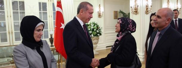 Der türkische Präsident Recep Tayyio Erdogan empfängt in Ankara die freigelassenen Geiseln.