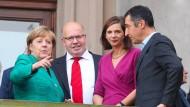 Sondierungsgespräche von Union und Grünen: Angela Merkel mit Peter Altmaier, Katrin Göring-Eckhardt und Cem Özdemir am Mittwoch in Berlin.