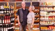 Auch eine Art Bühne: Barbara und Volker Picard kennen sich seit ihren Kindergartentagen in Sossenheim und führen in Rödelheim einen Biosupermarkt.
