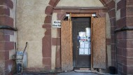 Trister Empfang: Die Tür von St. Leonhard lädt nicht zum Besuch ein.