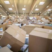 Sie haben Post: Pakete in einem Paketzentrum von DHL