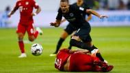 Von den Beinen geholt: Hummels foult Gacinovic.