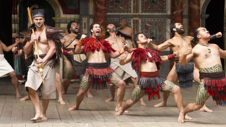 Neuseeländische Schauspieler 2012 auf der Bühne des nachgebauten Globe in London: Auch so finden unterschiedliche Zeiten zusammen.