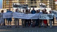 Eine Demonstration gegen die geplante Wippe auf dem Sockel des Nationaldenkmals vor dem Berliner Schloss im Jahr 2017