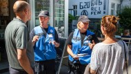 Polizisten des Kommunikationsteams informieren Anwohner über zu erwartende Einschränkungen während des G20-Treffens in Hamburg.