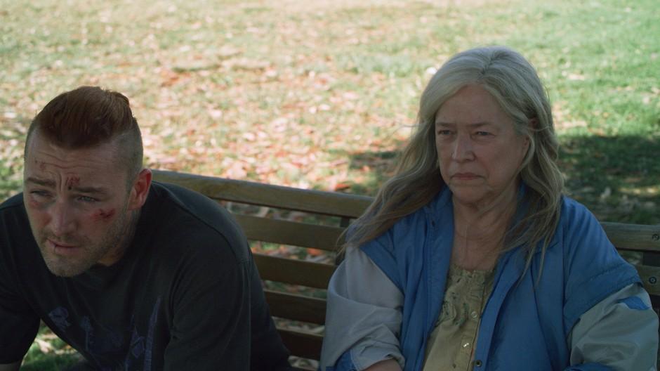 """Jake McLaughlin als Marvin und Kathy Bates als Bernadette in einer Szene des Films """"Home"""""""