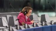 Wegen Äußerungen zum möglichen Einsatz von Schusswaffen gegen Flüchtlinge drohte Beatrix von Storch der Rauswurf aus ihrer Fraktion der Europäischen Konservativen und Reformisten (EKR).