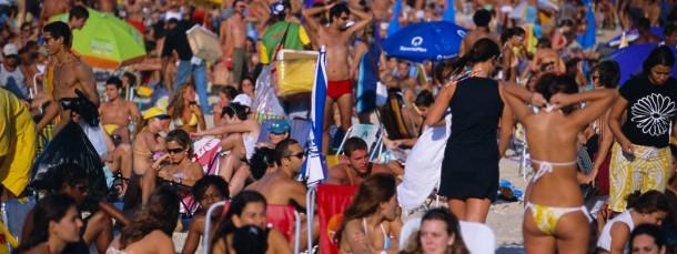 Am Strand von Ipanema in Rio de Janeiro  werden Körper zur Schau gestellt - und genau beobachtet. Das steigert den Druck, makellos zu wirken.