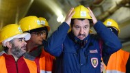 Matteo Salvini (r), Innenminister von Italien, rückt seinen Helm zurecht, während er die Baustelle einer Hochgeschwindigkeits-Bahnstrecke besichtigt.