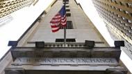 Die amerikanische Flagge weht über dem Wall-Street-Eingang der New Yorker Börse.