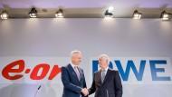 Die Vorstandsvorsitzenden von RWE Rolf Martin Schmitz (r.) und E.ON Johannes Teyssen sind sich über die Aufteilung von Innogy einig. Das beflügelt die RWE-Aktie.