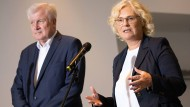 Innenminister Horst Seehofer (CSU) und Justizministerin Christine Lambrecht (SPD) geben in Berlin die Verlängerung der Mietpreisbremse bekannt.