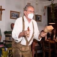 Mit Maske im Schillerbräu: Zuletzt hatte Christian Ude als OB 2013 auf dem Oktoberfest angezapft – mit zwei Schlägen.