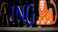 Das Logo der ING Bank vor der Firmenzentrale in Amsterdam