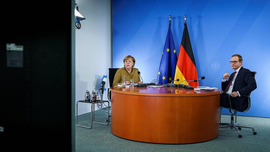 Bundeskanzlerin Angela Merkel und Berlins Regierender Bürgermeister Michael Müller bei der Videoschalte am Dienstag im Kanzleramt.